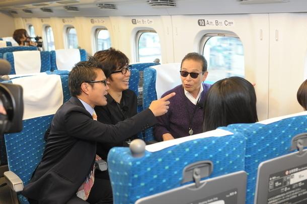 東海道新幹線車内では、メンバーによる新幹線ベスト車窓で大盛り上がり (c)テレビ朝日