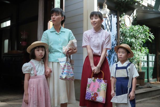 左から、坂東さくら(粟野咲莉)、坂東すみれ(芳根京子)、小澤良子(百田夏菜子)、小澤龍一(原知輝)。 「キアリス」・表にて。子どもたちを保育所に預けることにした、すみれたち。村田君枝(土村芳)が遅れてやってきたが…。  (c)NHK