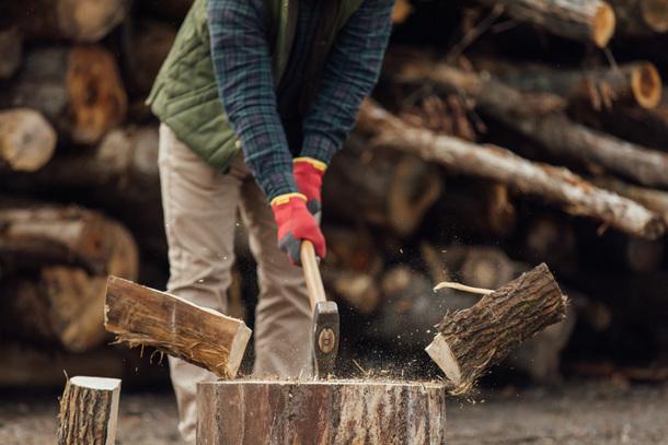 家を暖めるという実用面だけでなく薪をくべる行為自体が楽しい