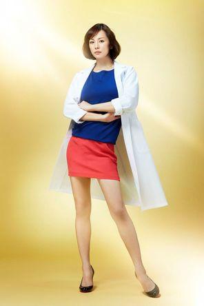 白衣を着た米倉涼子