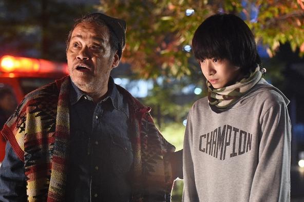 永田大介(香取慎吾)のもとに転がり込む父・陽三(西田敏行)と連れ子の浩太(高田彪我)  (c)TBS