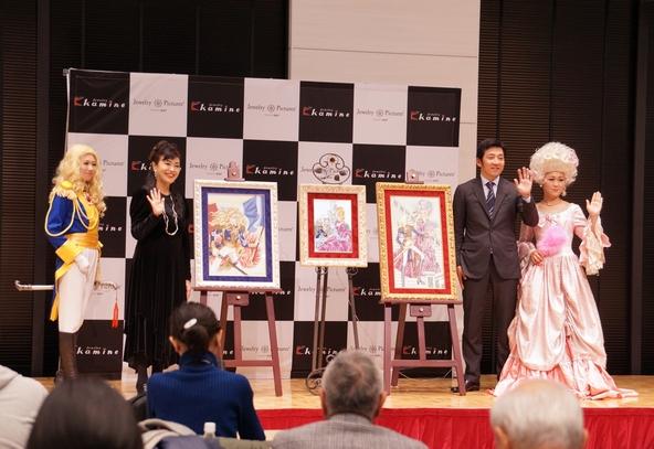 ジュエリー絵画(R)『ベルサイユのばら』シリーズの発表会に登壇した「ベルサイユのばら」作者の池田理代子(左2)