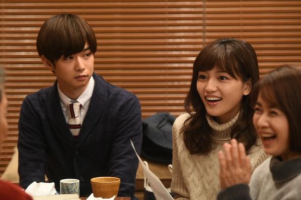結婚を決めた入江(千葉雄大・左)と妻・茜(川口春奈) (c)TBS