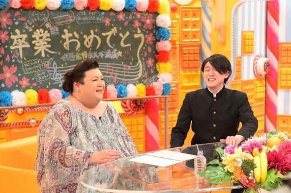 「マツコの知らない世界」2月23日放送で卒業ソングの世界を語る、ゲストの冨田明宏(右)とMCのマツコ・デラックス (c)TBS