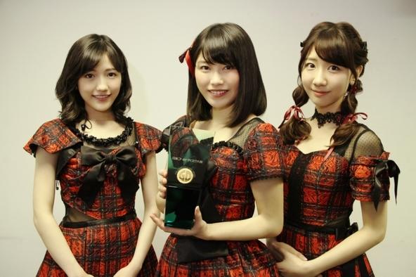 「第30回 日本ゴールドディスク大賞」でシングル・オブ・ザ・イヤーを受賞したAKB48(写真左より、渡辺麻友、横山由依、柏木由紀)