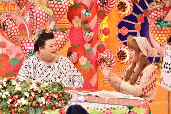 「マツコの知らない世界」3月1日放送で「イチゴの世界」を語る野山苺摘(のやまいづみ・右)とMCのマツコ・デラックス(左) (c)TBS