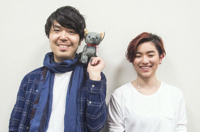 公開中の映画『世界から猫が消えたなら』主題歌「ひずみ」を歌うHARUHI(右)と原作者の川村元気氏(左)(中央のぬいぐるみは劇中に登場する猫・キャベツ)
