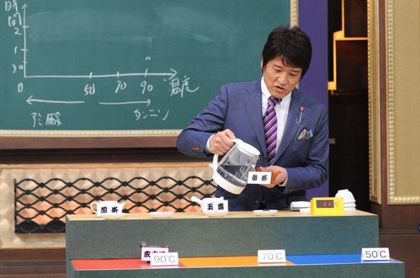 『林先生が驚く 初耳学!』日本茶の入れ方にまつわる問題に回答する林先生。 (C)TBS