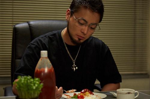 オムライスを食べているウシジマくん山田孝之壁紙