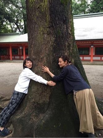 """「メディカルチーム レディ・ダ・ヴィンチの診断」オフィシャルブログに掲載された、吉岡里帆と吉田羊の""""吉吉コンビ""""で大木に抱きついた姿"""