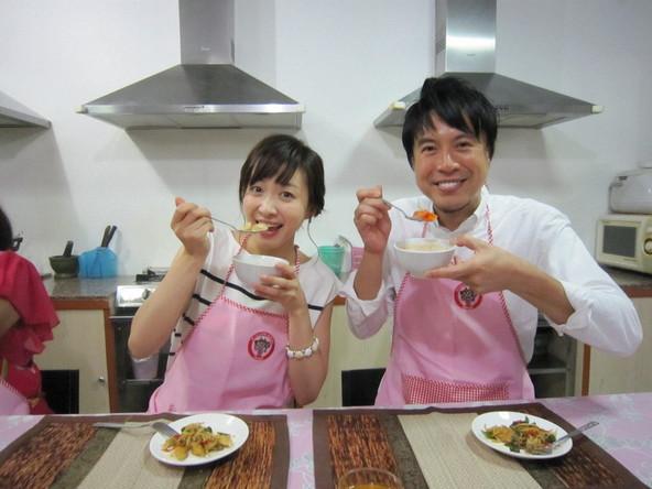 『コウケンテツの幸せごはんinタイ』左から:黛英里佳、コウケンテツ (c)TBS