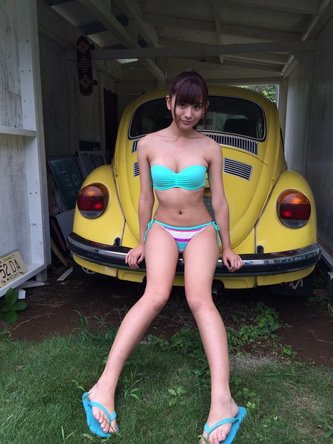 水着で車に座る浅川梨奈