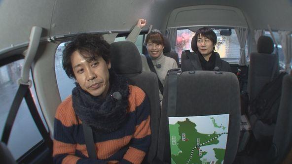『おにぎりあたためますか』前列:大泉洋、後列左から:室岡里美アナウンサー、戸次重幸 (c)HTB