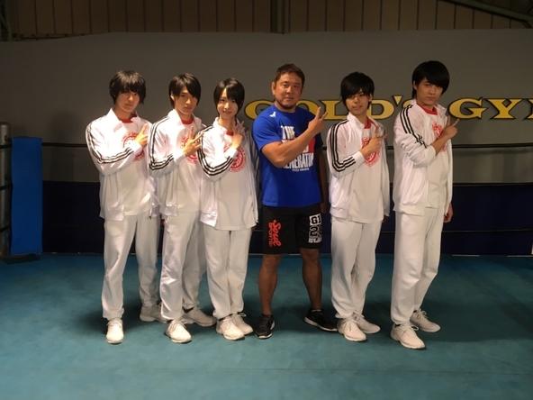1月15日放送「MAG!C☆PRINCEのマジ☆弟子」で新日本プロレスの永田裕志選手(写真左から4番目)に弟子入りするマジプリメンバー (c)テレビ東京