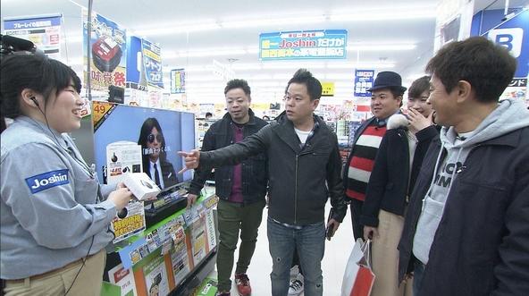 『ケンゴロー』Joshinでホワイトデーのお返しを選ぶ玉巻アナウンサーと一行。 (c)MBS