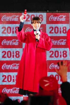 年明けの瞬間、「コークであけおめ!」のコールとともに会場中が「コカ・コーラ」でカンパイ!