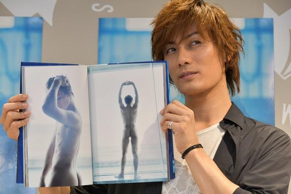 """""""飾らない男""""加藤和樹が写真集発売会見でお気に入りの全裸ショットを堂々披露!「当初予定にはなかった」"""