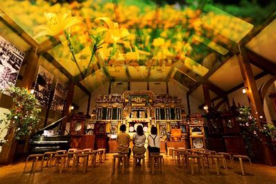 六甲オルゴールミュージアム 特集コンサート「六甲山の花々とオルゴール~バラの香りに包まれて~」自動演奏ピアノを使ったフラワーアレンジメントも展示 (1)