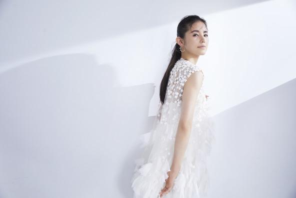 小西真奈美、大人のパンツスタイル&ドレス姿を披露!結婚相手に求めることは「言葉で気持ちを伝えられる人」