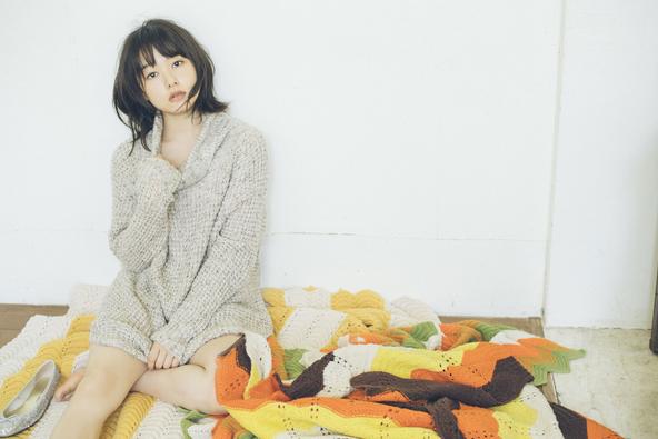 桜井日奈子、セクシーな部屋着姿や黒ワンピ&網タイツ美脚で艶っぽさも披露!2019カレンダーブックが発売決定