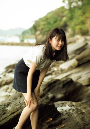 """""""10代のカリスマ""""久間田琳加が「週プレ」で初グラビア、自然な表情&清楚な佇まいで魅了"""