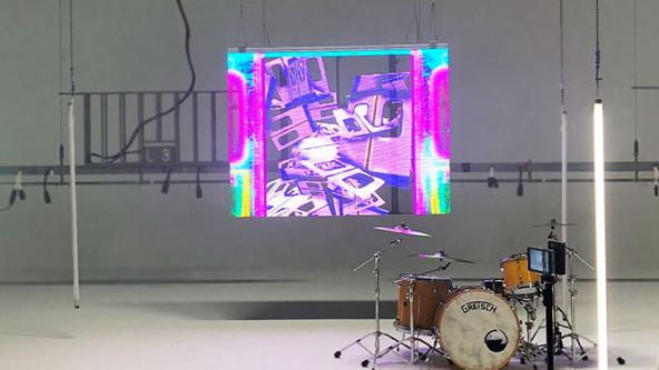 """日本のバンド史上初の""""透過型LEDビジョン""""による演出にも注目!パノラマパナマタウン「Top of the Head」MV"""