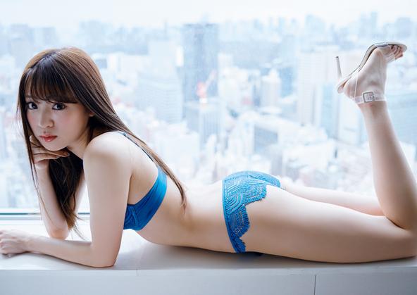 夢アド・志田友美が寝そべりポーズ&美脚で魅了! 『週プレnet』から未公開カットを掲載