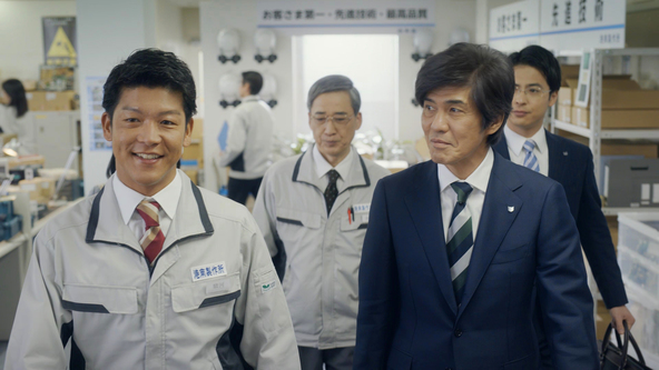 佐藤浩市が営業部長に扮し、駿河太郎演じる社長の課題解決を目指す新CMが放送!CM曲は小田和正「こころ」