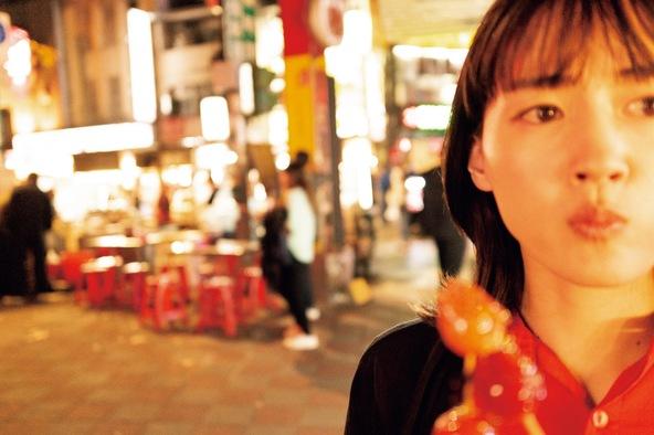 綾瀬はるかが世界中で食べて、食べて、食べ歩く姿を撮影、数年にわたり10冊を刊行する『ハルカノイセカイ』第一弾が発売開始