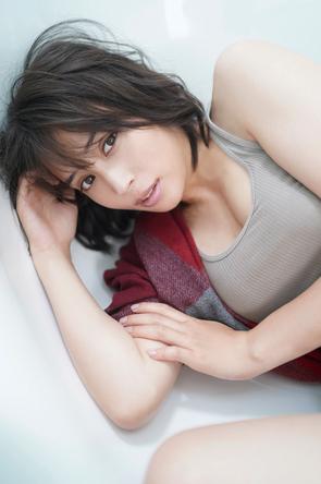 広瀬アリスが女性らしい表情や見事なプロポーションを披露、2020年カレンダーが予約スタート