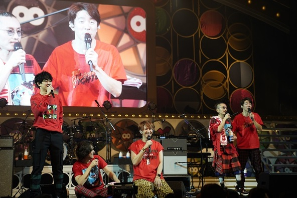 大阪松竹座公演でMCをする関ジャニ∞(左から横山、丸山、大倉、安田、村上)