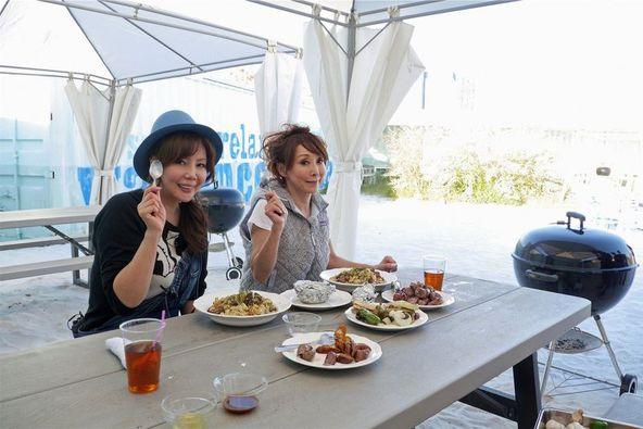 東京・豊洲の新スポットでビーチバーベキューを楽しむ杏子(写真右)と小川菜摘 (C)テレビ朝日