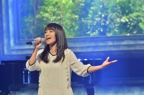 ワンピース姿で熱唱する歌手・miwa