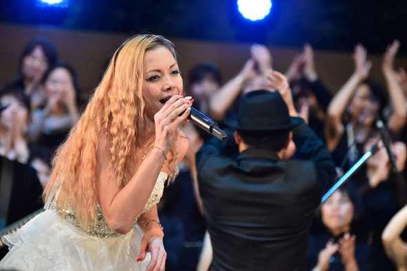 土屋アンナが聖歌隊とゴスペルを歌う!!即興で披露した、あのボン・ジョヴィのカヴァー曲に驚きの声!!