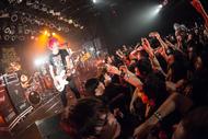 NAMBA69とKEN YOKOYAMAが、難波章浩の地元・新潟でハイスタ曲をサプライズ!