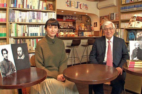 世界の名作文学を掘り下げる案内人、市川沙椰(左)と小川義男(右) (c)BS朝日