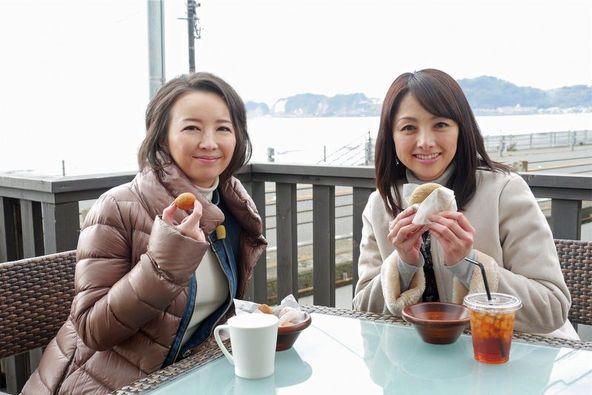海辺のカフェでスイーツを堪能する高橋由美子(写真左)と櫻井淳子(同右) (C)テレビ朝日