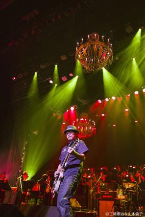 奥田民生の生誕50年ライブに豪華アーティスト集結、「イージュー★ライダー」大合唱&大合奏