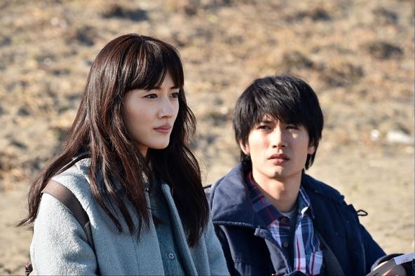 ドラマ「わたしを離さないで」第5話、恭子(左・綾瀬はるか)とともに「のぞみが崎」を訪れた友彦(右・三浦春馬) (c)TBS