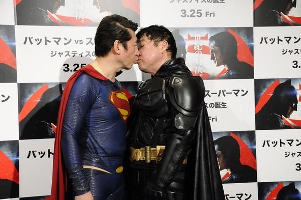 """ダチョウ倶楽部が『バットマン vs スーパーマン』をPR、上島&ジモンが世紀の対決、そして""""仲直りのチュー""""へ"""