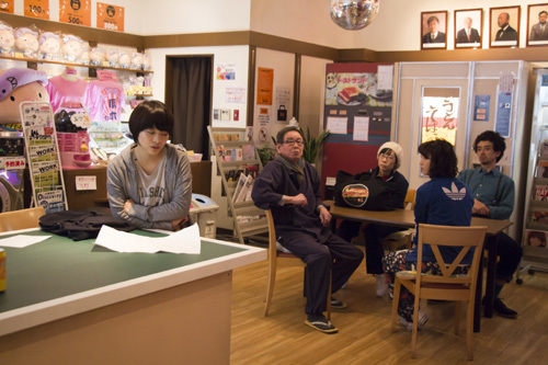 ランドリー茅ヶ崎のメンバーらは、最近、週2回のペースでセーラー服を洗いにくる成田弥生(岸井ゆきの)が気になって仕方がないが… (c)2016「ランドリー茅ヶ崎」の会員・MBS