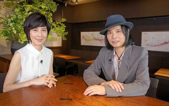 『ザ・インタビュー ~トップランナーの肖像~』シングルファーザーとして息子との日々をつづった連載やツイッターが話題の辻仁成(右)がゲスト。インタビュアーは小島慶子(左)が努める。 (C)BS朝日