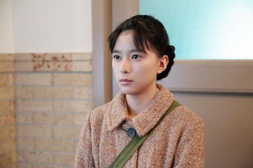 芳根京子主演「べっぴんさん」第4週(10月24日〜29日)病院にて。坂東すみれ(芳根京子)は小野明美(谷村美月)に、一緒に仕事してくださいと頼むが、かたくなに拒まれてしまう。その理由を語り始める明美を見つめるすみれ。 (c)NHK