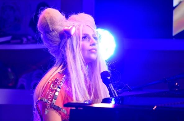 2013年12月の来日の際に「ジプシー」のピアノ・アコースティックバージョンを披露したレディ・ガガ