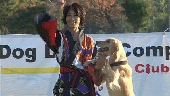 (写真左から)ドッグダンスの連覇に挑む長崎さん、ピース (c)ABC