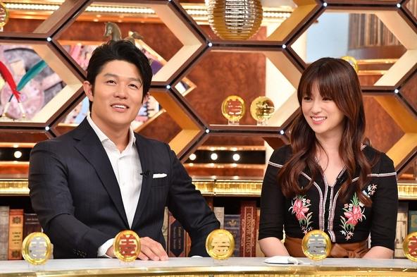 『この差って何ですか?SP』パネラーゲストの深田恭子(右)と鈴木亮平(左)。 (c)TBS