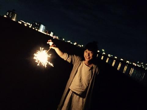 芳根京子が公開した、地元の友だちと花火を楽しむ様子(1)