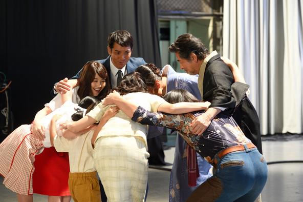 有村架純主演「ひよっこ」 歌合戦の舞台袖で出番を待つ谷田部家。 (c)NHK2017