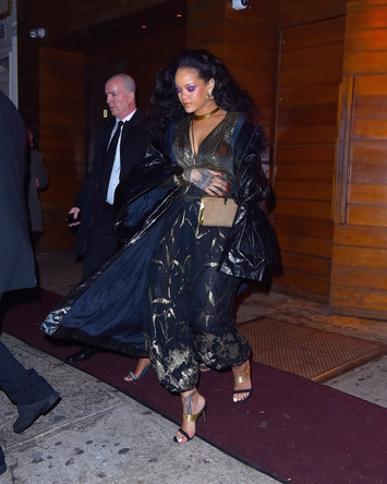 リアーナがブルガリ「セルペンティ」のクラッチを纏い、第60回目グラミー賞授賞式にて会場を魅了