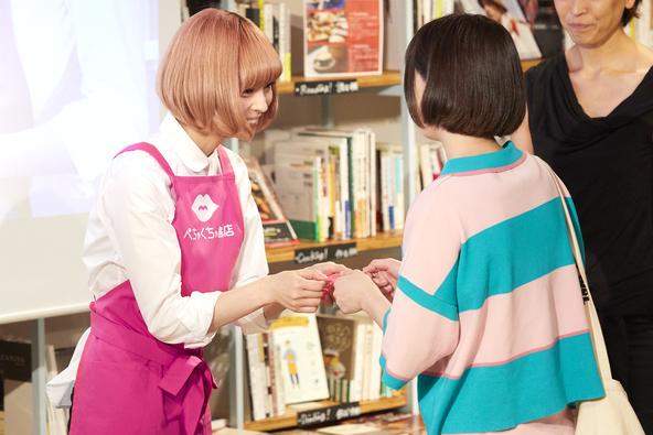 最上もが、ピンク色のエプロン姿の書店員らしい装いで1日店長に就任!イベント『ぺちゃくちゃ書店 渋谷店』開催